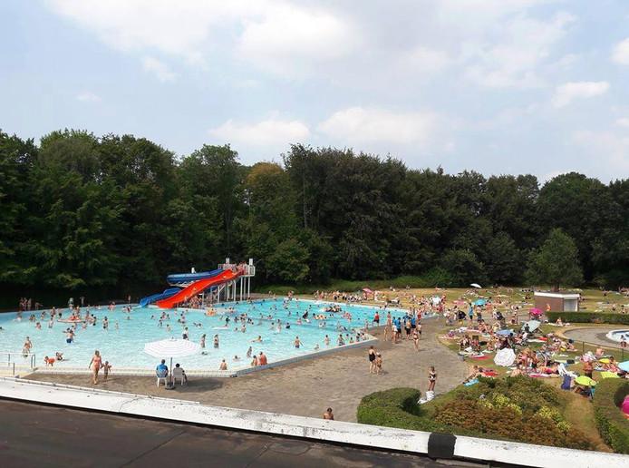Zwembad het Bosbad in Emmeloord trekt de laatste dagen veel meer bezoekers dan normaal.