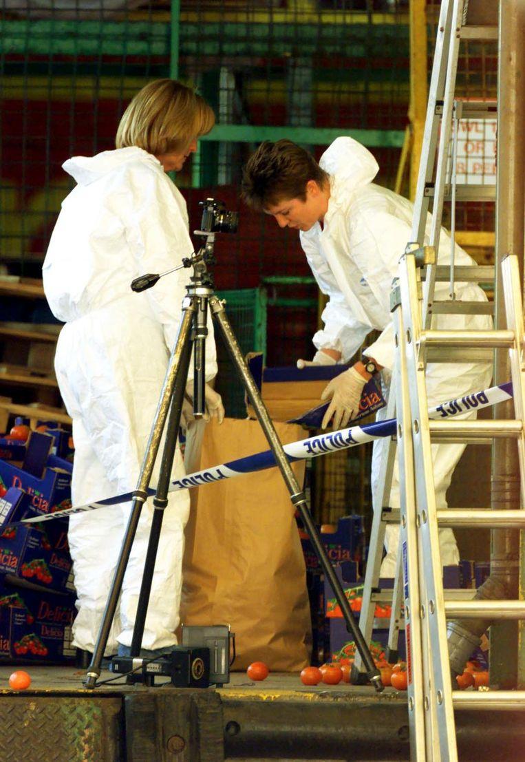 Leden van de technische recherche in Dover doen onderzoek na de vondst van 58 lichamen in een koelwagen. (archieffoto 19 juni 2000)