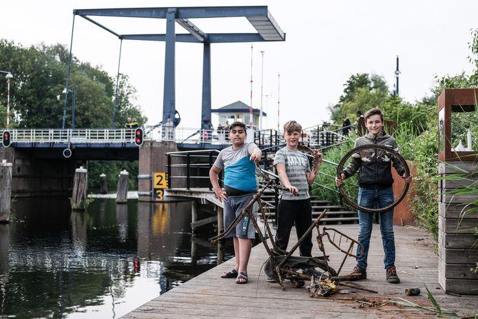 De magneetvissers Meral, Ronan en Jojakim op de flaneersteiger in Doetinchem.