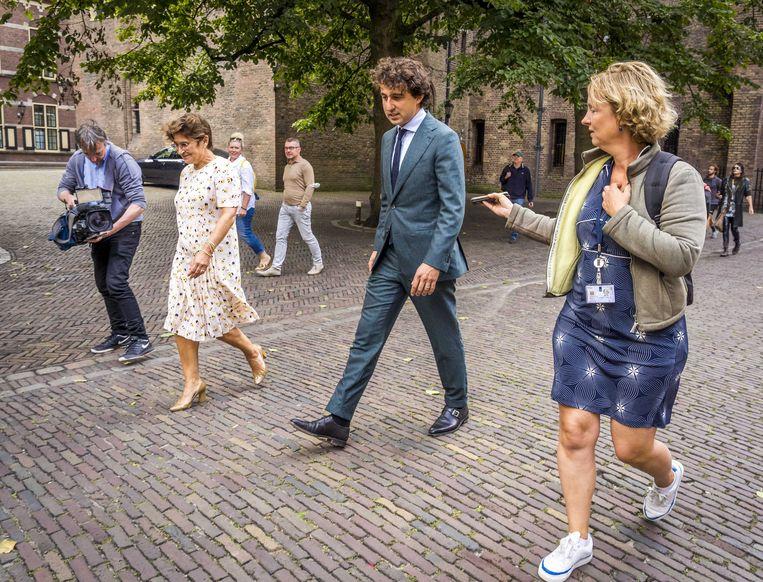 Lilianne Ploumen (PvdA) en Jesse Klaver (GL) verlaten het Binnenhof. De onderhandelingen voor een meerderheidskabinet met hen zijn op niets uitgelopen. Beeld ANP