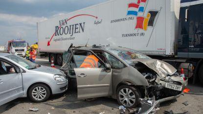 Drie kinderen en drie volwassenen gewond na zware crash