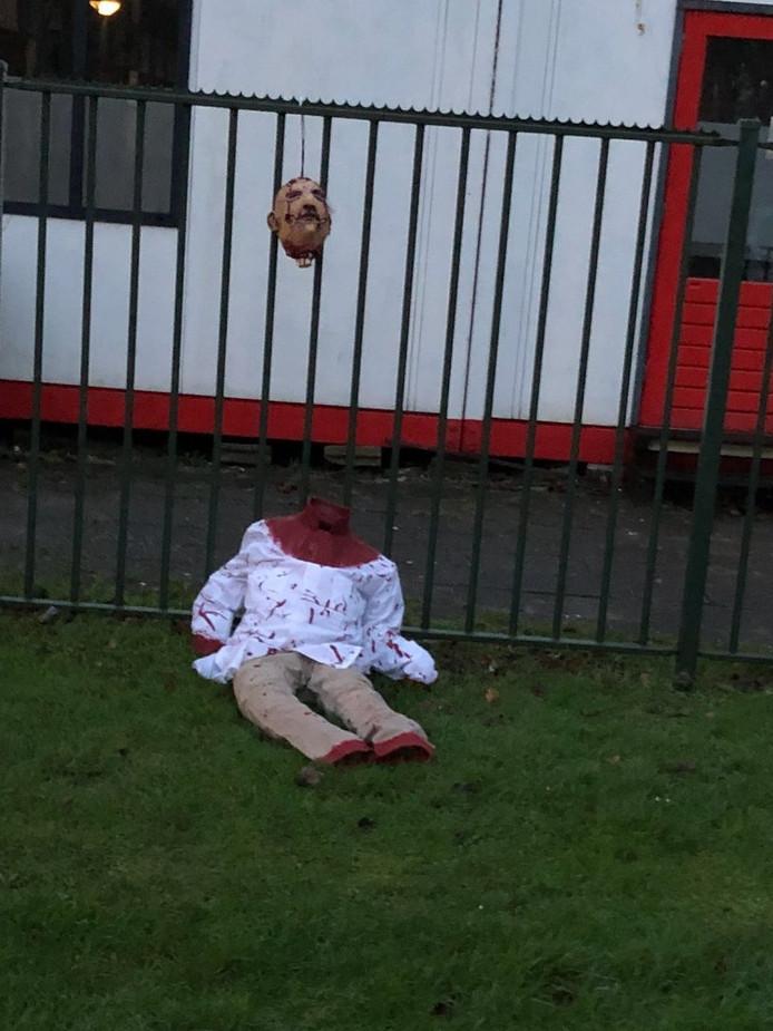 Er is een forensisch onderzoek gestart naar de onthoofde pop.