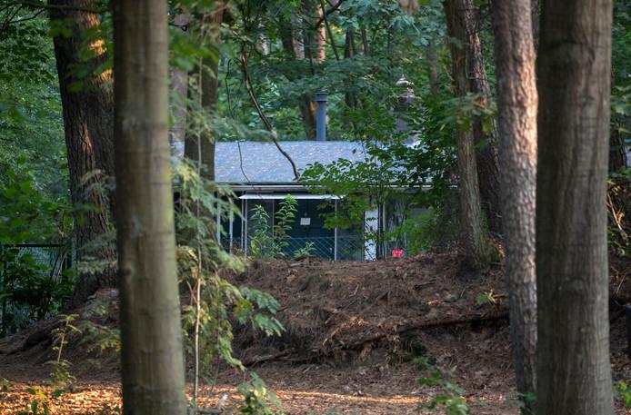 De bewoners van deze bungalow in Otterlo zijn geschrokken van de inval dinsdagochtend vroeg. 'Dit moet een misverstand zijn.'