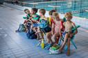 Blijf regelmatig zwemmen met je kind, benadrukt zwemschooleigenaar Rob Fokkinga.