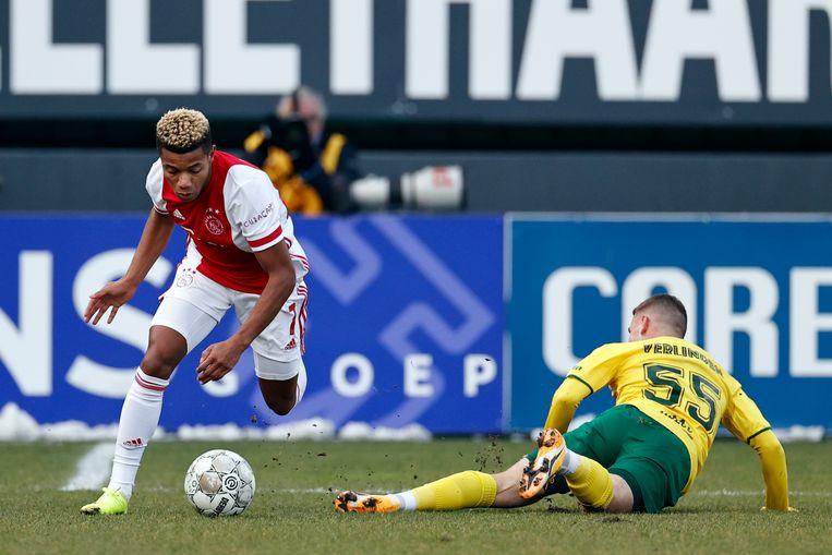 David Neres van Ajax aan de bal. Thibaud Verlinden van Fortuna heeft het nakijken. Beeld ANP