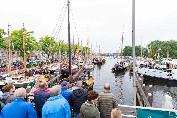 De laatste editie van Zwartsluis Onder Zeil was in 2019, met vele tientallen boten in de kolk en vele duizenden bezoekers.
