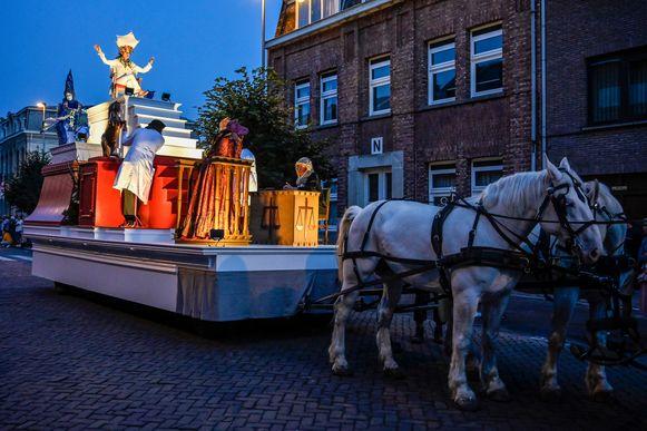 Een wagen in rood en wit beeldde symbolisch de stad Dendermonde uit, met hoog op een troon de Maagd van Dendermonde.