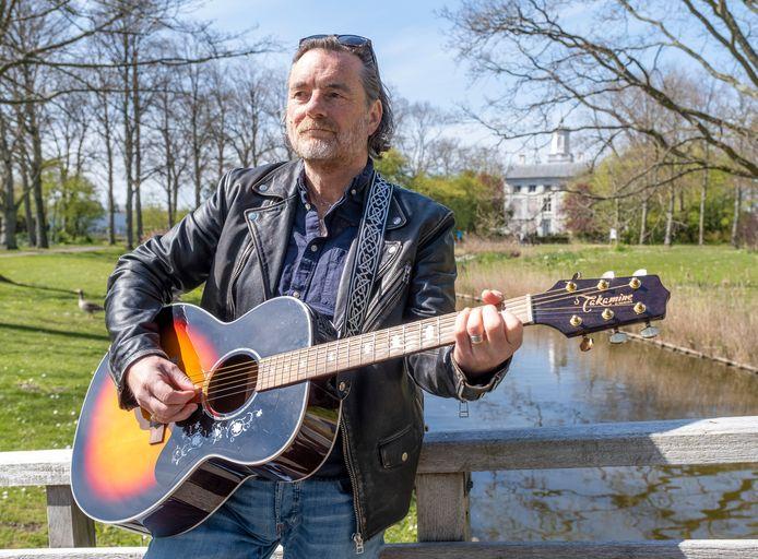 Jan Piet de Klerk in Park Toorenvliedt, waar zo'n beetje zijn hele jeugd zich afspeelde.