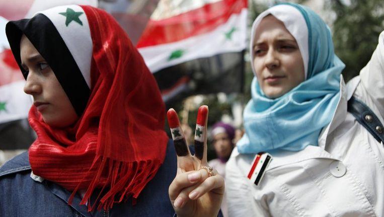 Syrische vrouwen demonstreren in Turkije voor het Syrische consulaat. Beeld reuters