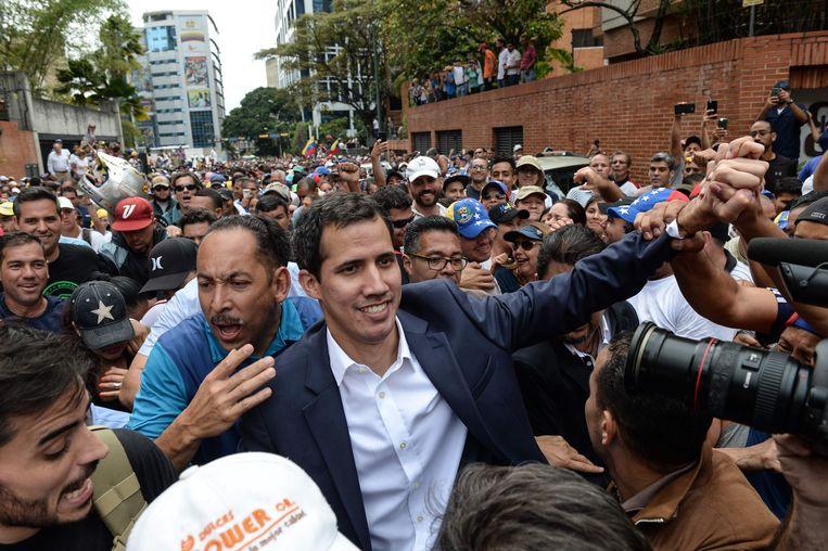 Guaidó wordt toegejuicht door zijn aanhangers in Caracas. Beeld AFP