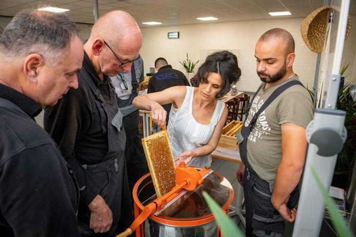 Tülay Tanaydin van het bedrijf De Bruin Tankbouw heeft er eigenhandig voor gezorgd dat er op het dak van het bedrijf bijen staan.