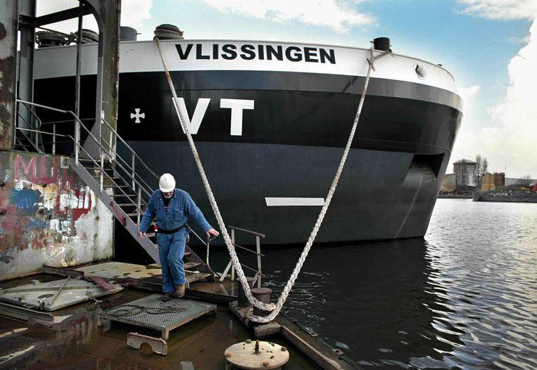 Een grote binnenvaarttanker in Rotterdam Beeld Trouw