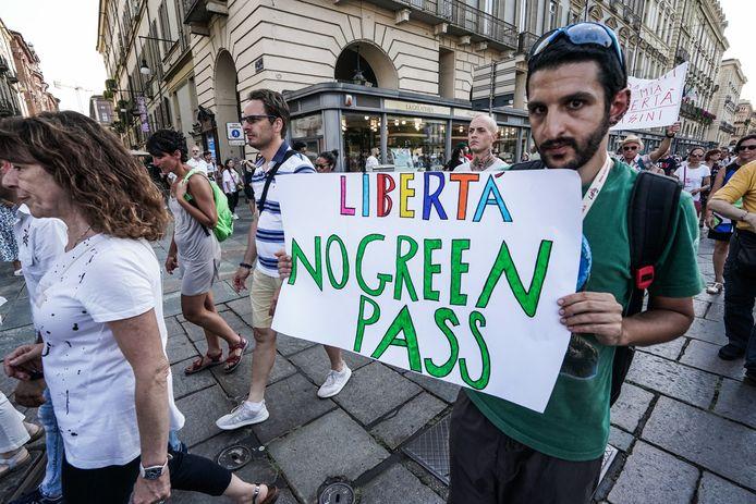 Mensen protesteren in Turijn tegen de green pass.