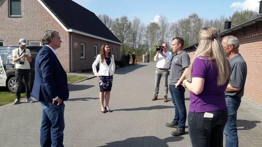 Commissaris Van de Donk en gedeputeerde Spierings brachten woensdag een 'flitswerkbezoek' aan Maarten van Hoof Zachtfruit & Asperges in Olland.