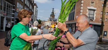 Boeren verkopen gladiolen in centrum van Nijmegen voor Vierdaagsegevoel en goede doel