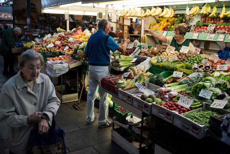 Een groenteboer op de Darlington Market in Darlington, Engeland.