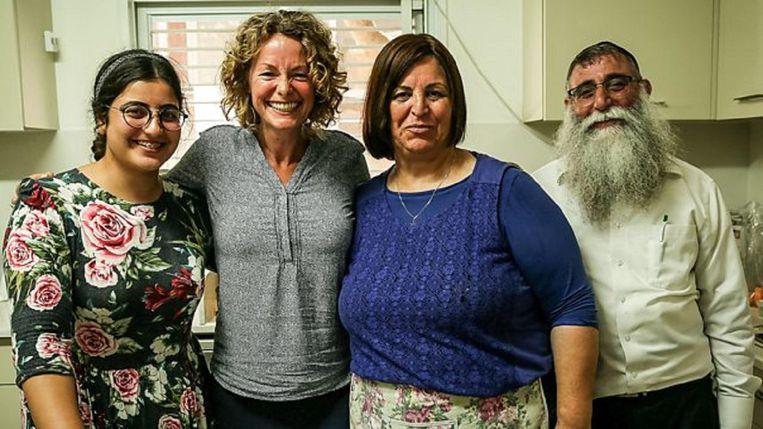 Kate Humble bij de ultraorthodoxe Miriam en haar familie. Beeld BBC