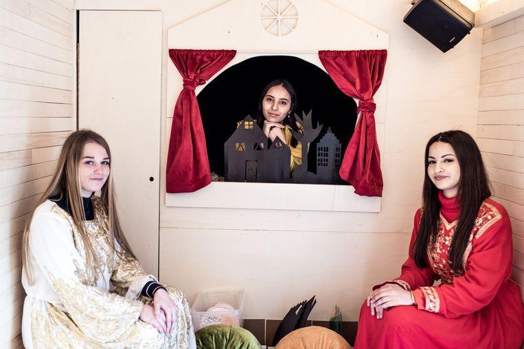 Van links naar rechts: Jamaï Terryn (18), Dounia El Omari (19) en Nassima Allali (19) in de sprookjesmobiel. Beeld Tine Schoemaker