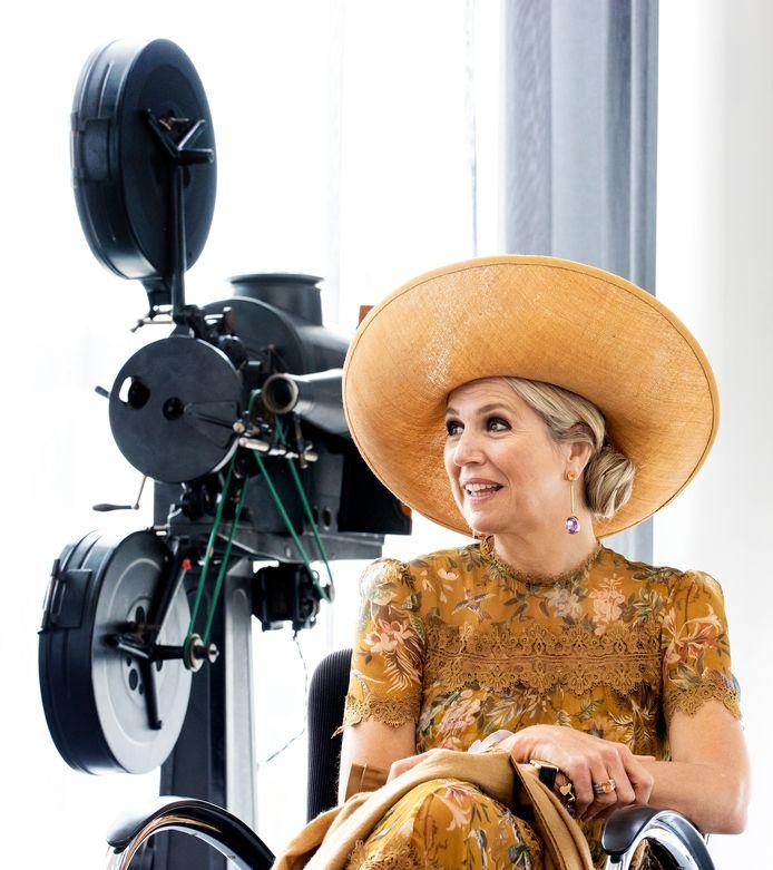 Koningin Máxima tijdens een werkbezoek aan het Collectiecentrum van Eye.