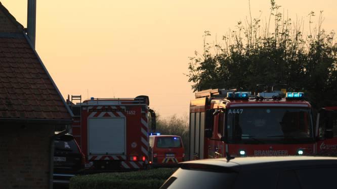 Terreinwagen in brand op koer van hoeve in Beerst