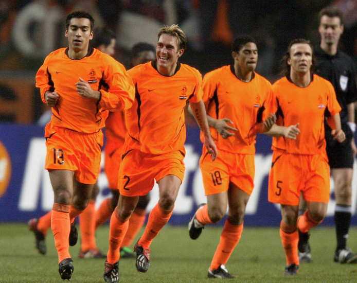2003: Nederland-Argentinië. Giovanni van Bronkhorst (links) wordt na de 1-0 achtervolgd door Fernando Ricksen. Rechts Michael Reiziger en Boudewijn Zenden (nummer 5).