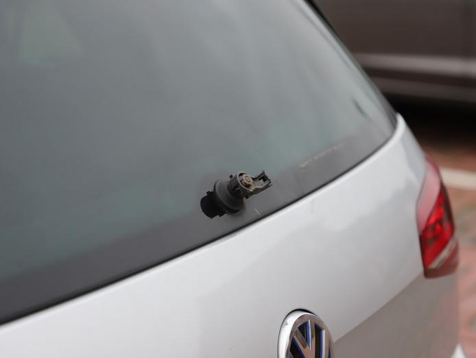 Van verschillende auto's waren de ruitenwissers eraf getrokken. Ook de koplampen moesten het ontgelden.