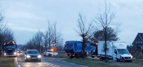 Vrachtwagens botsen in Beugen: chauffeurs met schrik vrij