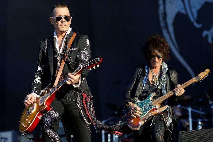 Johnny Depp speelt gitaar in de rockband Hollywood Vampires.