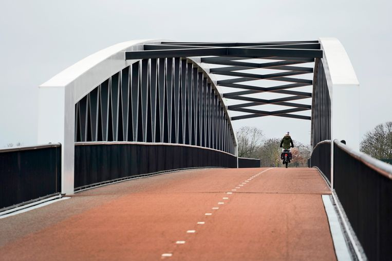 Een nieuwe fietsbrug over de Maas richting Cuijk, die Noord-Limburg met Brabant. Beeld Hollandse Hoogte