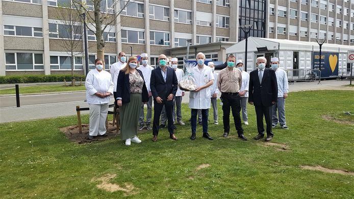 Van links naar rechts: Karen Celis, ziekenhuisdirecteur Jan Flament, staf verpleging en ziekenhuishygiënist Gunter Oris, manager Facilitaire Diensten Hubert Kerstens en Jan Van Gorp, samen met een delegatie leerlingen van het departement Voeding en Horeca.