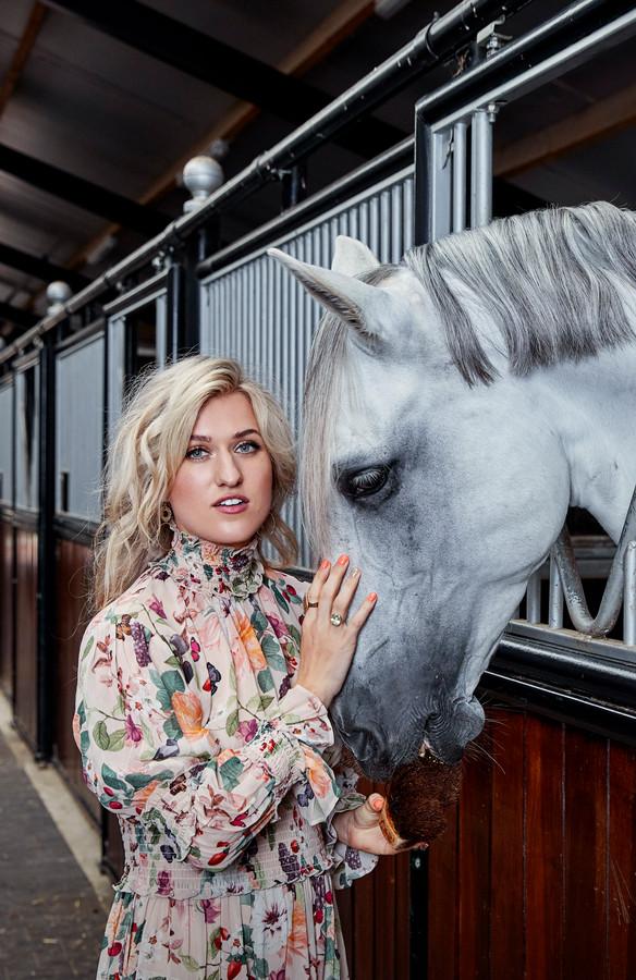 Britt Dekker met haar paard George