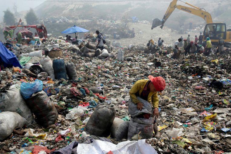 De helft van alle plastic flesjes wordt ingezameld, de rest belandt op vuilnisbelten of in de oceaan. Beeld EPA