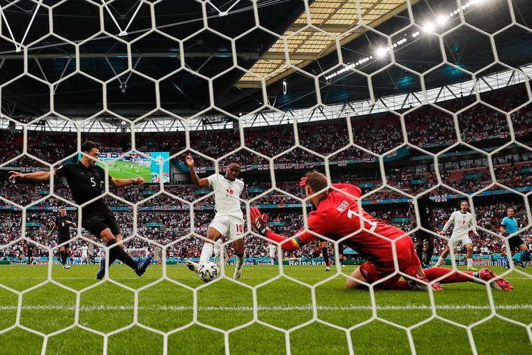 Raheem Sterling maakt de 1-0 voor Engeland. Beeld AP