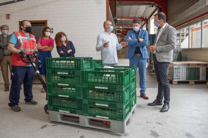 Minister Beke en Antwerps schepen Tom Meeuws (Vooruit) krijgen een rondleiding bij Foodsavers.