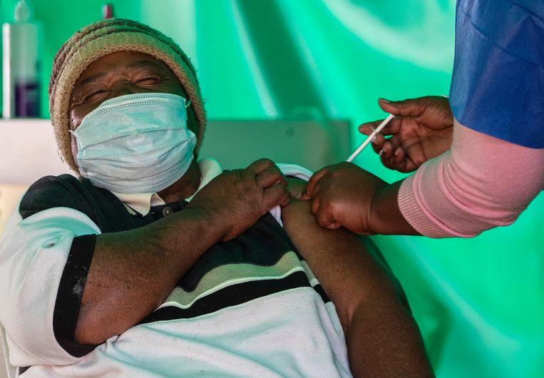 Een Zuid-Afrikaanse man wordt ingeënt met Pfizer in Johannesburg. Beeld AP