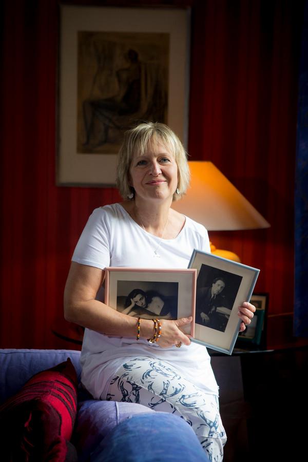 """Met foto's van haar ouders, die ze op haar 32ste verloor. """"Papa is in augustus 1987 gestorven aan longkanker, mama op hun trouwdag in december aan de gevolgen van uitgezaaide borstkanker."""""""