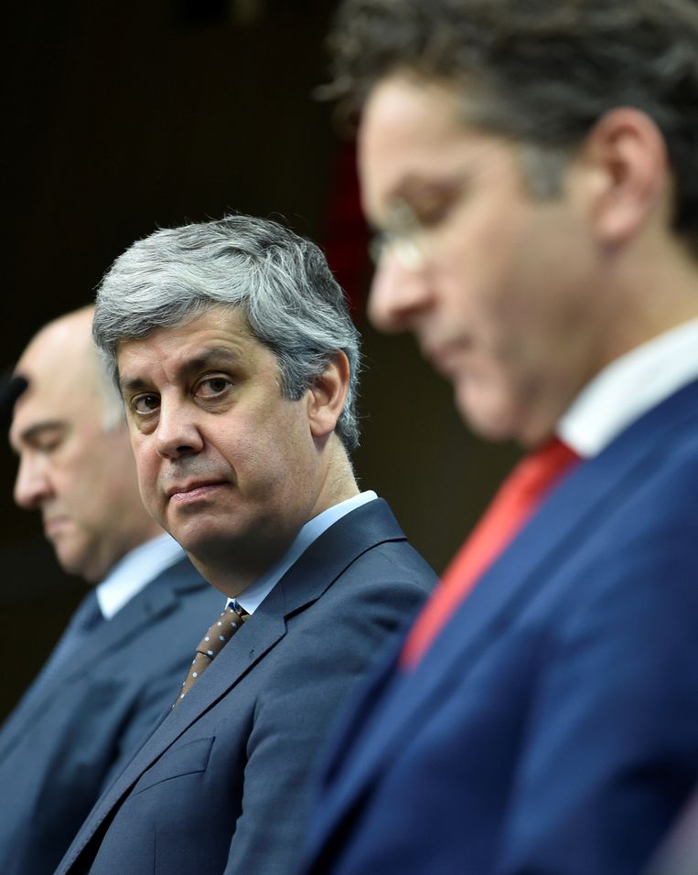 Mario Centeno met links Europees commissaris Pierre Moscovici en rechts zijn voorganger, de Nederlander Jeroen Dijsselbloem. Beeld AFP
