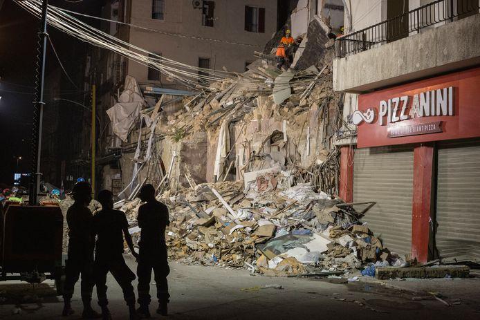 Reddingswerkers ruimen puin om een potentiële overlevende te vinden, dertig dagen na de explosie in de haven van Beiroet.