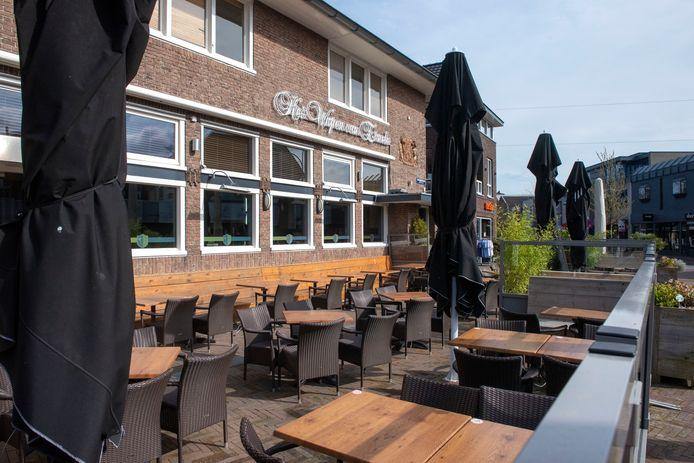 Het Wapen van Ermelo in maart van dit jaar. Het restaurant kan met de corona-maatregelen nog maar een kwart van het normale aantal gasten kwijt op het terras.
