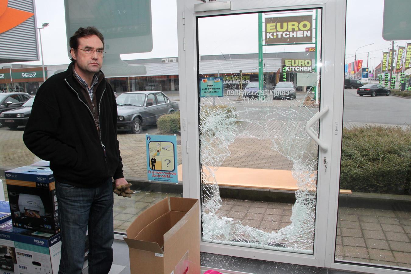 Carl Willaert werd ook in het verleden verschillende keren geconfronteerd met (zware) criminaliteit. In maart 2012 was zijn winkel het doelwit van hondsbrutale ramkrakers. Geen drie weken voordien was dat ook al het geval (foto).