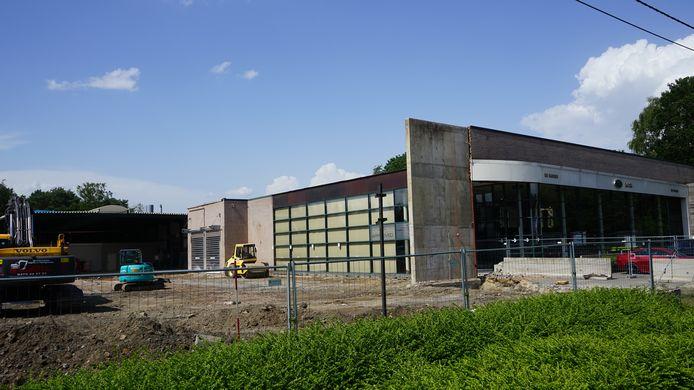 Het nieuwe complex wordt naast de bestaande zaak opgetrokken.