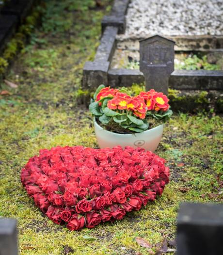 Na ruim 60 jaar eindelijk bloemen op Wierdens graf: 'We wisten niet dat mijn zusje hier lag'