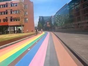 Zo ziet een ritje op het langste regenboogfietspad ter wereld eruit