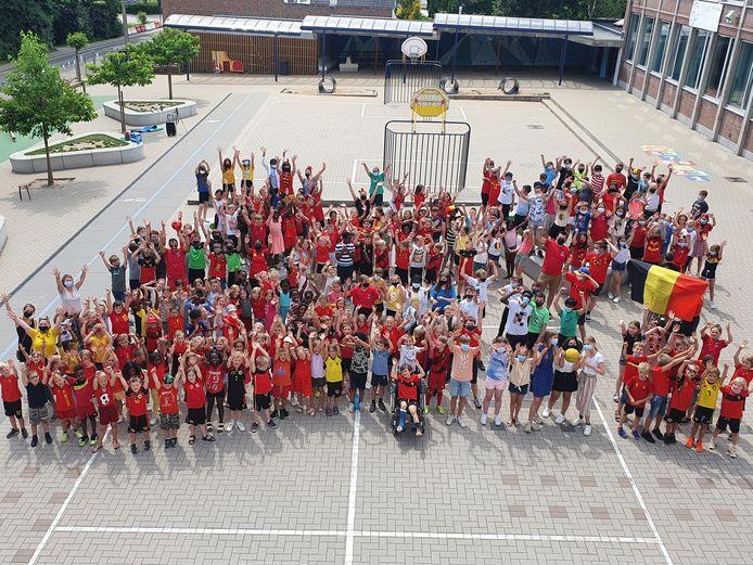 De leerlingen van basisschool Sint-Gorik in Haaltert supporteren voor de Rode Duivels.