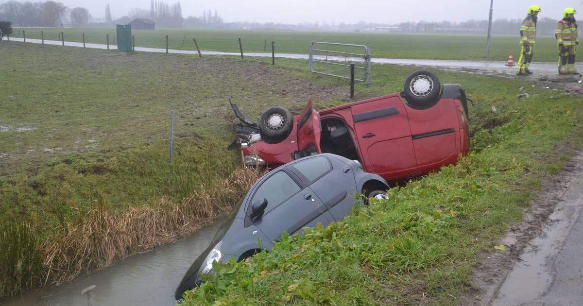 Twee autos belanden in de sloot bij botsing in Maasbommel.