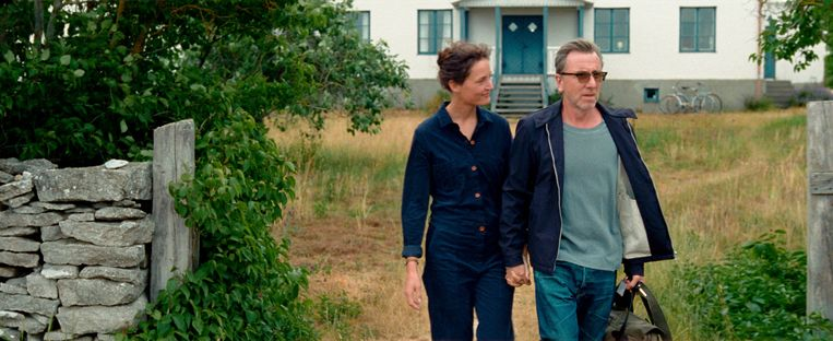 Chris (een geweldige rol van de Luxemburgse Vicky Krieps, bekend van Phantom Thread van Paul Thomas Anderson) en haar vriend Tony (Tim Roth) reizen naar Faro om een zomer lang aan hun filmscenario's te werken. Beeld