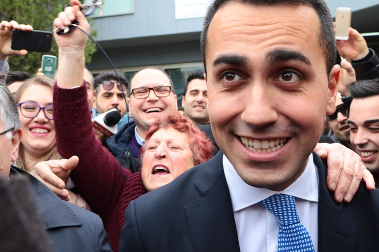 Partijleider Luigi Di Maio met aanhangers van de Vijfsterrenbeweging. Beeld AFP