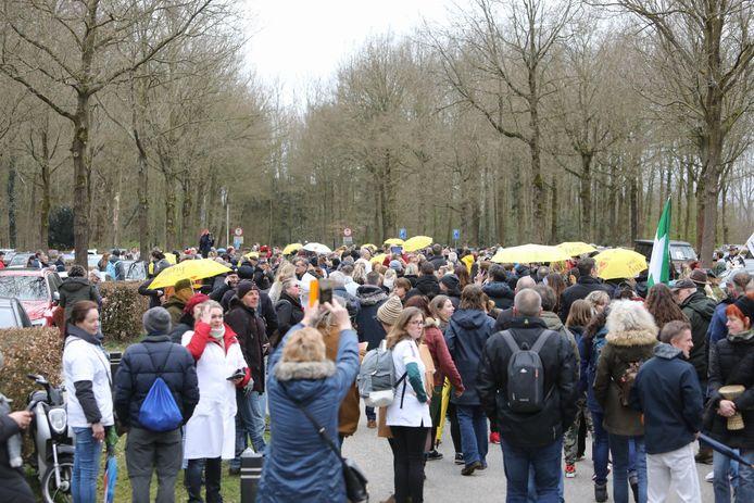 Bij Kasteel Groeneveld in Baarn zijn inmiddels honderden demonstranten.