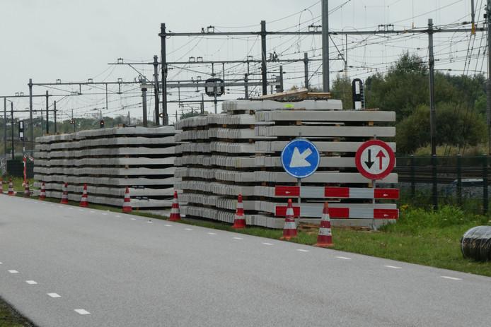 Nieuwe betonnen bielzen liggen al klaar voor het spoor vlakbij het station in Boxtel.