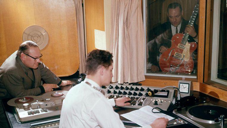Eddy Christiani in de opnamestudio van de Avro. Beeld RV
